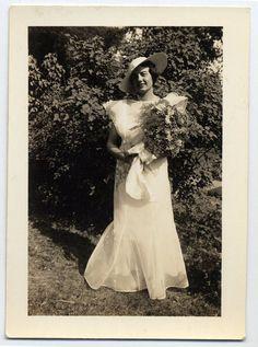 Pretty vintage wedding dress & flowers.