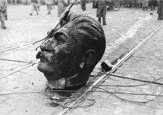 A disembodied statue of Joseph Stalin's head on the streets of Budapest during the Hungarian Revolution 1956 [1600 x 1132] http://ift.tt/2g7CcqT