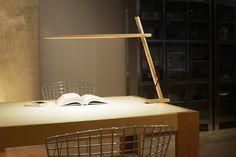 Lampe de table Clamp LED - Base étau Chêne blanchi - Design House Stockholm - Décoration et mobilier design avec Made in Design