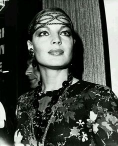 """Photo de Romy, datant du 13 août 1969, prise lors d'une soirée et conférence de presse données sur le plateau du film """"Les choses de la Vie"""" pour célébrer la fin du tournage. Cette photo en noir et blanc est celle où son regard et l'expression de son visage sont le plus intenses et où l'on peut admirer le mieux son superbe maquillage !"""
