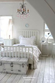 ♥So prrrrettty! Tiny White Cottage... Vintage Cottage, Vintage Décor, Home Décor, Vintage Bedroom Décor!