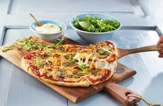 Sett bort fra den uimotståelige, nybakte smaken og den gode lukten i huset, er det beste med å lage pizza hjemme at man kan tilpasse den akkurat slik man selv foretrekker.