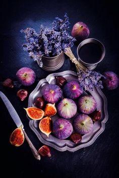 Photo Fruit, Dark Food Photography, Still Life Fruit, Fresh Figs, Beautiful Fruits, Fruit Art, Aesthetic Food, Food Design, Fruits And Veggies