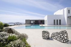 Villa Royal is a modern villa with vast outdoor space combining elements such as steel, wood and stone all in harmony and with great elegance. Luxury Villa Rentals, Mykonos, Greece, Mansions, House Styles, Building, Pools, Outdoor Decor, Modern