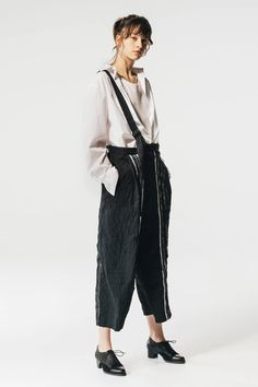 Y¡¯s Spring 2020 Ready-to-Wear Fashion Show - Vogue Cute Fashion, Fashion Show, Fashion Women, Art Conceptual, Japanese Fashion Designers, Witch Outfit, Looks Street Style, Yohji Yamamoto, Chic Outfits