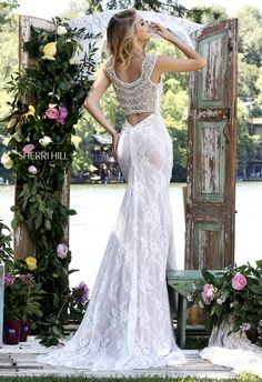 Look irresistibly appealing in the Sherri Hill 50048 full-length prom dress…