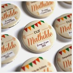 Bulles de Neige, badges personnalisés EVJF / Mariage / Anniversaire: Mariage #SalonCSF Wedding Events, Wedding Day, Wedding Table Seating, Maid Of Honor, Photo Booth, Wedding Planner, Bridal Shower, Wedding Inspiration, Invitations
