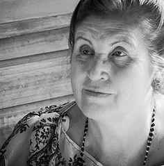 """Gabriela Riveros: Directora del """"Sendero del Alma"""". Es Terapeuta Floral y representante para Chile del Sistema de Esencias del México Antiguo creada por el Dr. Luis Manuel Solana y Sentíes. Es a su vez, creadora del método de Terapia Ancestral Familiar (Constelación Familiar) con Esencias Chamánicas. Gabriela es Obstetra titulada de la Universidad Austral de Chile (Valdivia)."""
