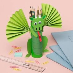 DIY Bastelidee Drache aus Klorolle als Stiftbox - - Brighten up your desk and keep your pens and pencils safe with a fiery dragon pencil pot holder. Preschool Crafts, Crafts For Kids, Arts And Crafts, Toilet Paper Roll Crafts, Paper Crafts, Diy Paper, Castle Crafts, St Georges Day, Pot A Crayon