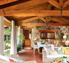 Sentirse en el paraíso. Y huir de la rutina. Con un gran porche, un salón abierto al paisaje y mucha luz, esta casa es un refugio de piedra y madera para desconectar del día a día