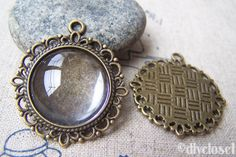 You'll receive 10 pcs of antique bronze round cameo bases.Size: 30mm Inside size: 20mm
