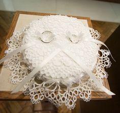 自分の結婚式用にウェルカムボードと一緒に作ったリングピローは、タティングレースで作りました。 まずはレース部分を作製。 まだ糸の始... Ring Bearer Pillows, Ring Pillows, Tatting Jewelry, Tatting Lace, Ring Pillow Wedding, Doilies, Wedding Rings, Weddings, Handmade
