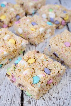 Easter Rice Krispies Treats : Easter Rice Krispies Treats pockets of marshmallows, sprinkles, and candies make these the best rice krispies treats. Great recipe to share at Easter parties. nobake ricekrispies sprinkles dessert Easter ricekrispiestreats c No Bake Treats, Yummy Treats, Delicious Desserts, Sweet Treats, Slow Cooker Desserts, Kid Desserts, Holiday Desserts, Easter Deserts, Easy Easter Desserts