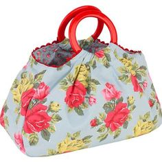 You can ensure all your craft supplies are kept safe and tidy in our roomy and reliable craft bag, completed in our classic Royal Rose print with contrasting Hampton Rose lining.  The interior is split into two separate compartments to prevent your projects getting tangled and there is a handy inner pocket for your smaller supplies as well.