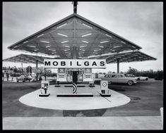 Vintage Mobil Service Station