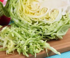 Learn how to cut cabbage into even shreds so you can make perfect coleslaw, sauerkraut, salads, and pickled cabbage. How To Shred Cabbage, Raw Cabbage, Cabbage Head, Pickled Cabbage, Dieta Paleo, Eating Raw, Healthy Eating, Diuretic Foods, Pu Erh