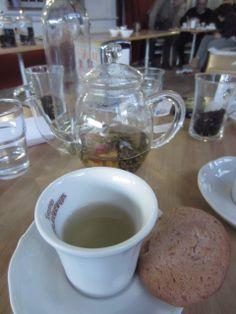 Terza degustazione: Fiore di tè bianco con biscotto al lampone...  https://www.facebook.com/pages/The-Little-Tea-Room/152299044931075