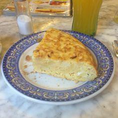 Tortilla de Patatas en Madrid.  La tortilla es una de las eapecilides de este restaurante de Un Heroe de los manifestantes de Madrid. La tortilla puede ser rellena de todo tipo de complementos por Moises Hernandez Vallve, Coach en EntreCoach  http://www.onfan.com/es/especialidades/madrid/cafeteria-prado/tortilla-de-patatas-2?utm_source=pinterest&utm_medium=web&utm_campaign=referal