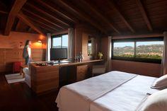 Amplia habitación ideal para disfrutar en pareja que combina la elegancia con el confort, dispone de suelo de parquet y techo abuhardillado de madera con terraza y vistas a la Plana de Vic o el Parque Natural del Montseny con una superficie aproximada de 45 m2.