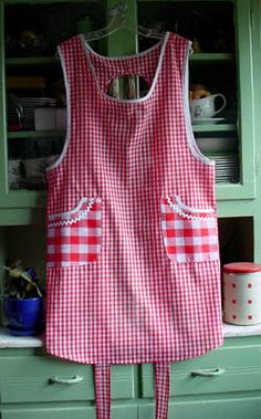 Old Fashioned Vintage style cobbler apron - makes more sense for the way I cook!