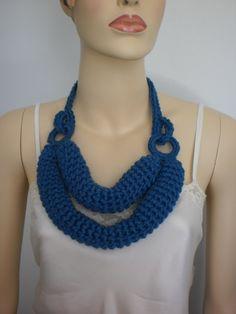 Uncinetto sciarpa collana in blu cobalto