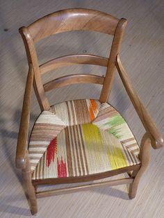 Chaises aux couleurs éclatantes, les paillages polychromes sont infinis