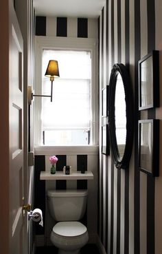 Small bathroom / cloakroom with black and white striped walls B&w Wallpaper, Striped Wallpaper, Bathroom Wallpaper, Wc Decoration, Tiny Powder Rooms, San Francisco Houses, Small Toilet, Downstairs Toilet, Glam Room