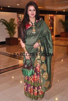 Poonam dhillon at an indo-american event wearing a saree with floral print . Indian Beauty Saree, Indian Sarees, Silk Sarees, Poonam Dhillon, Floral Print Sarees, Vintage Bollywood, Older Women Fashion, Bridal Blouse Designs, Fancy Sarees