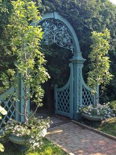 Love the archway and gate...