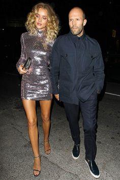 Rosie Huntington-Whiteley con vestido de lentejuelas, de Dior; sandalias plateadas, de Jimmy Choo; y cartera de mano plateada, de Saint Laurent. En la celebración de su 29º cumpleaños en The Nice Guy con Jason Statham.