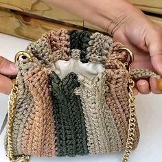 Diy Crochet Bag, Crochet Bag Tutorials, Crochet Clutch, Crochet Handbags, Crochet Videos, Crochet Projects, Crochet Coaster Pattern, Crochet Purse Patterns, Crochet Basket Pattern