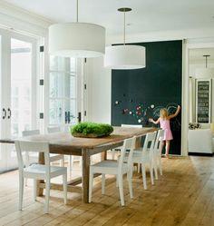Mesa rústica + sillas blancas + pared pizarrón <3