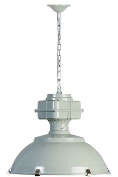 Een flinke industriele hanglamp deze Manduria van Eth. Breed 62cm en hoog 52cm heeft deze lamp heel wat ruimte nodig. In twee schitterende kleuren Grijs-Olijfgroen en Groen zal dit een absolute blikvanger zijn boven de eettafel, salontafel of op de werkplek. De onderkant is voorzien van een glasplaat die een difuus licht verspreid. Let op dit is geen lamp voor een plafond onder de 240cm hoogte.