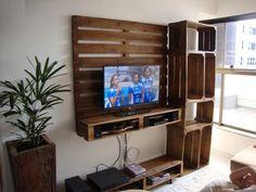 koyu-renkli-ahsap-paletten-ve-sandiktan-tv-unitesi