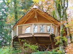 Cabanes dans les arbres au Domaine de Syam - La Pervenche en automne | Jura, France | JuraTourisme