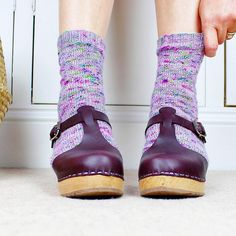 Happy happy sock/clog joy sock pattern from @sandracherryhrt yarn is Ritual from @countessablaze #knitting #lovemylottas #socksandclogsforevs