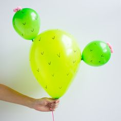 Loving the cactus trend? Then you have to try these DIY prickly pear cactus balloons! Balloon Crafts, Balloon Decorations, Birthday Decorations, Garden Decorations, Tiffany Und Co, Anniversaire Cow-boy, Cactus Balloon, Cactus Craft, Cactus Cactus