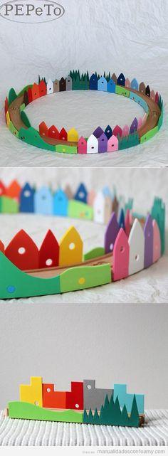 Manualidad goma eva, ciudad alrededor de vías de tren de juguete