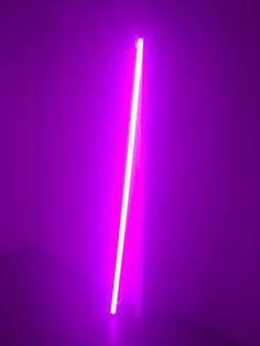 Diese dekorative Leuchte Neon Tube LED von hay gibt es in vier Farben (pink, gelb, blau, weiss) und man kann sie einfach in die Ecke stellen, aufhängen oder irgendwo hinlegen. Neon Aesthetic, Aesthetic Words, Designers Guild, Tube Led, Neon Words, Words Wallpaper, Light Quotes, Led Neon Signs, Neon Lighting