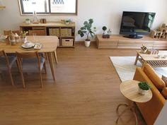 ナラ無垢材の家具でナチュラルコーディネート今回は最近の新築住宅で人気のあるブラックチェリー柄の床材に  ドアや建具がナチュラルな色のリビングダイニング空間に家具をコーディネート 全体をナチュラルカラーで統一したことでまとまりのある空間となりました。