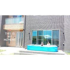 相変わらず暑いー。  タイルデッキにプールは大活躍 プールの水の処理が大変だそうです。 ・ 片付けは旦那任せです(笑) ・ #一条工務店 #アイスマート #ビニールプール #ブラック #オレンジ #ハイドロテクトタイル #新築 #マイホーム #タイルデッキ
