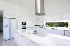 Tutustu erinomaisen tilavaan ja valoisaan keittiöratkaisuun, jota hallitsevat kirkkaan valkeat sävyt. Klikkaa kuvaa, niin näet sisustustuotteiden tiedot ja ostopaikat! Wooden House, New Homes, Kitchen, Google, Home Decor, Cooking, Decoration Home, Room Decor, Kitchens