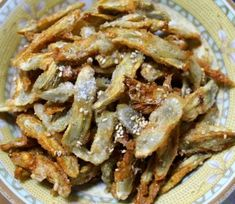 Don't throw those potato peels away! shows you how to transform them into tasty chips. [recipe in bio] Food Network Recipes, Cooking Recipes, Korean Side Dishes, Asian Recipes, Ethnic Recipes, Yummy Food, Tasty, Peeling Potatoes, Daily Meals