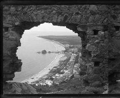El poble i la platja de Blanes vistos a través d'un forat al mur del castell de Sant Joan :: Arxiu fotogràfic-Fons personals [A-G] (Centre Excursionista de Catalunya)