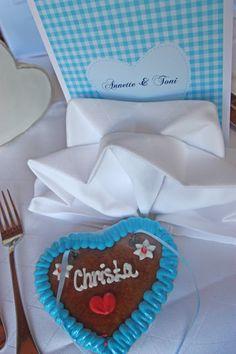 Lebkuchen-Herzen als Tischkarten für die Hochzeit
