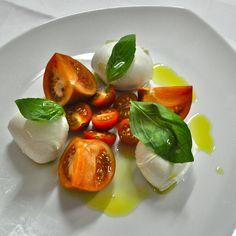 Osteria Centrale, Bleibtreustr. 51, 10623 Berlin // Italienisch Caprese Salad, Berlin, Dinner Plates, Fine Dining, Dish, World, Fresh, Italy, Insalata Caprese