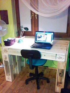 EPAL Computer Desk with Drawers - 125 Awesome Pallet Furniture Ideas Pallet Furniture Designs, Wooden Pallet Furniture, Recycled Furniture, Wood Pallets, Pallet Wood, Furniture Ideas, Diy Computer Desk, Laptop Desk, Diy Laptop
