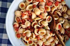 the parsley thief: Pomodoro Fresco Pasta Salad this would be so good with fresh garden tomatoes Vegetarian Dinners, Vegetarian Recipes, Healthy Recipes, Yummy Recipes, Pasta Recipes, Cooking Recipes, Fresco, Tomato Basil Pasta, Whole Wheat Pasta