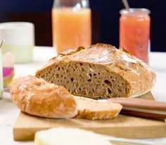 Dieses Brot braucht zwar etwas Zeit zum Aufgehen, dafür wird man mit sehr viel Geschmack belohnt. Aussen knusprig, innen luftig ist es besser als vom Bäcker. Food Porn, Bread Rolls, Bread Recipes, Banana Bread, Brunch, Food And Drink, Cookies, Baking, Health