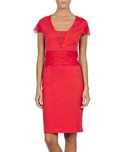 Realizzato in crepe di jersey aderente color corallo, made in Italy, questo abito disegna perfettamente la tua figura. Con il suo corpetto con inserti in pizzo tono su tono, e'un capo decisamente elegante.